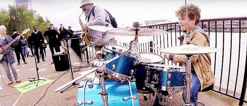 Amazing-busking-band1
